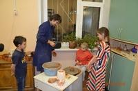 Миша Гусак занимается керамикой с детьми выпускников